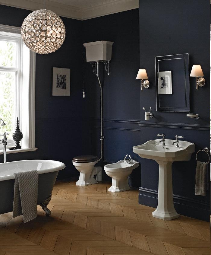 runderKristallkronleuchter mit interessantem Design, Spiegel mit Spiegelrahmen, Zahnbürstentasse an der Wand, Seifenschüssel an der Wand, Deko aus Metall