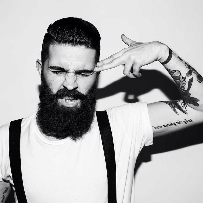 was ist ein hipster ideen für den modernen mann schwarz weißes bild t-shirt mit hosentrger kombination bart und lustige gesichtsmiene vom mann