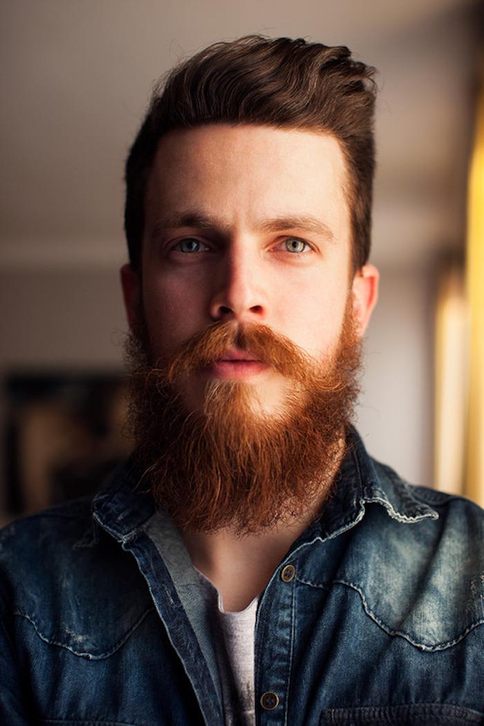 vollbart und glatze gelten hier auch nicht dieser mann hat langen bart in roter farbe und braune haare farbkombination mit blauen augen