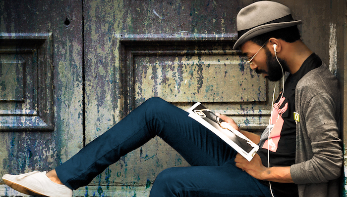 männer mit bart hose blau hut magazin lesen kopfhörer sneakers hipster sachen zu tun