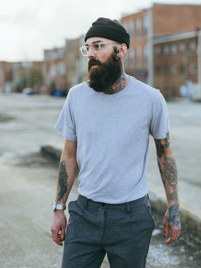 bartformen vollbart trimmen oder nicht ideen glatze und vollbart kombination mit hut und brille viele tattoos armbanduhr