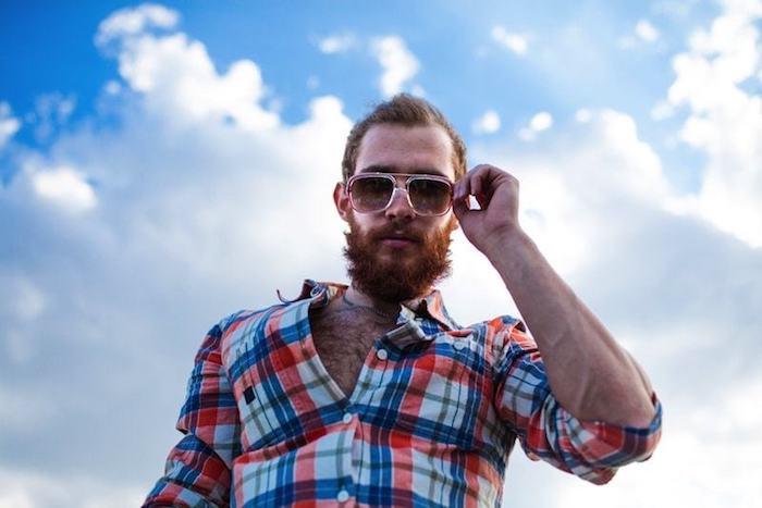 vollbart wachsen lassen ideen für dem modernen stil von männern kariiertes hemd rot weiß blau sonnenbrille roter bart