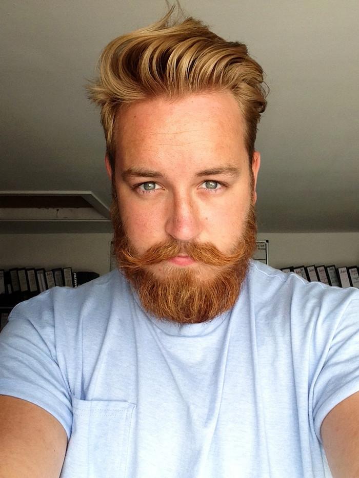 vollbart und glatze nicht bei diesem mann blonder mann haare und bart t-shirt helle augenfarbe grüne augen blaue augen blaues hemd schnurrbart