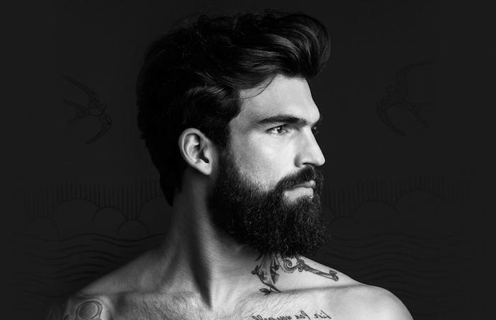 vollbart und glatze ganz dunkler bart oder mindestens sieht er so aus schwarz-weißes bild foto ein mann mit vollbart und schnurrbart schöner profil
