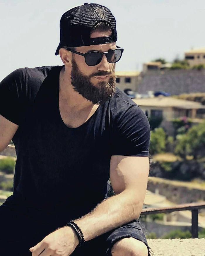 bartfrisuren ideen schwarzer bart mit t-shirt und brille hut mann ideen armband stil haben einzigartig