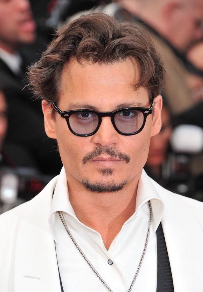 Johnny Depp in elegantem Outfit, Blazer und Hemd in Weiß, Kinnabart und Moustache, mittellange schwarze Haare