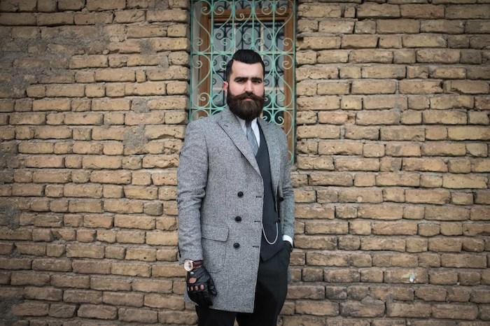 was ist ein hipster noch gentleman genannt coole idee mann mit bart und elegantem mantel lederhandschuhe cooler look