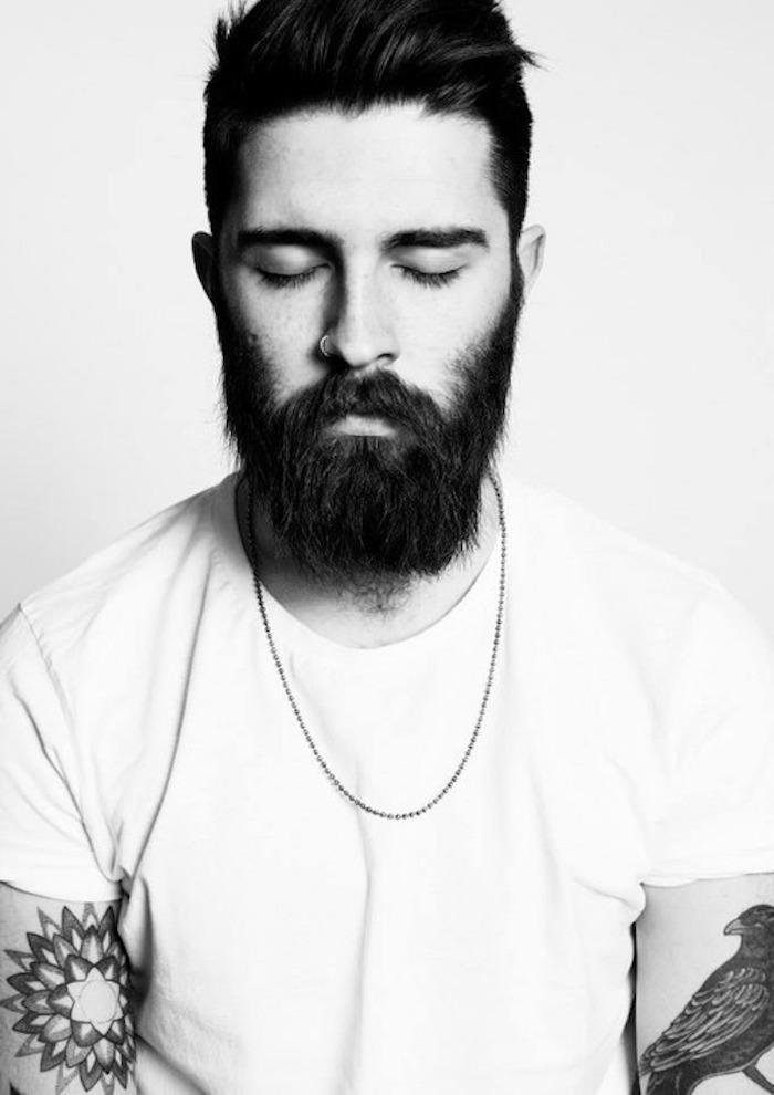 bart wachsen lassen ideen für männer schwarz-weißes foto mann mti einem großen tattoo halskette feder tattoo