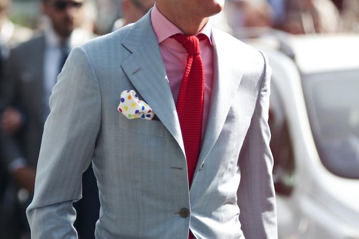 mann im anzug schöne farbenfrohe outfits ideen rosa hemd rote krawatte grauer anzug bunte fichu mann