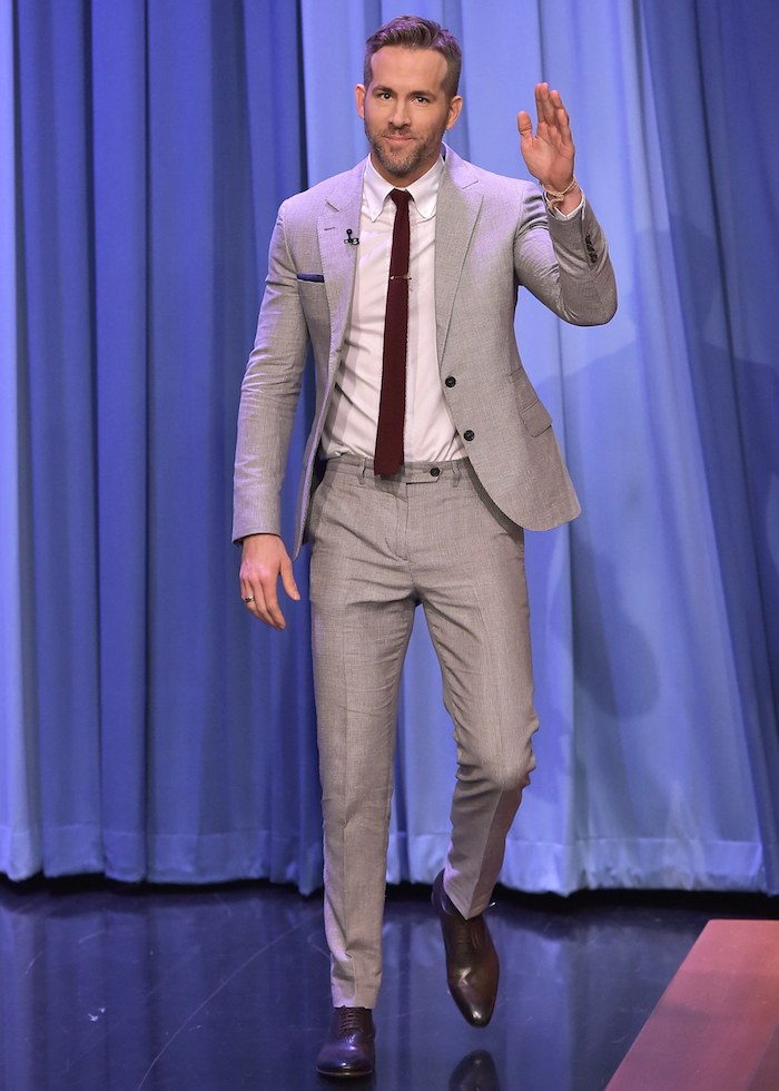 dunkelblauer anzug könnte nie so cool aussehen wie der hellgraue anzug von ryan raynolds fashion hollywood