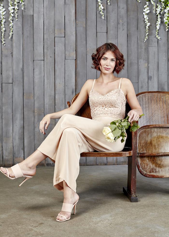 spitze model jumpsuit damen mode zum hochzeitsfest elegante dame die von den normen abweicht kreativ und elegant weiße rosen