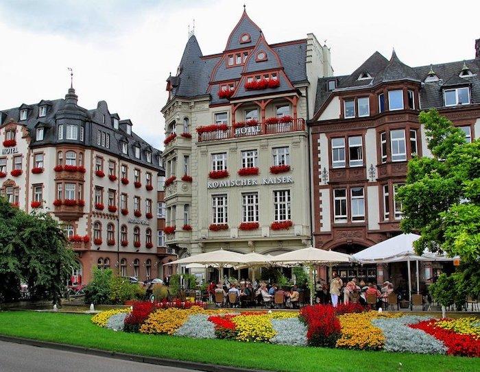 schöne urlaubsorte eine weitere perle deutschlands trier kunst kultur geschichte ein schönes gebäude im zentrum der stadt garten blumen