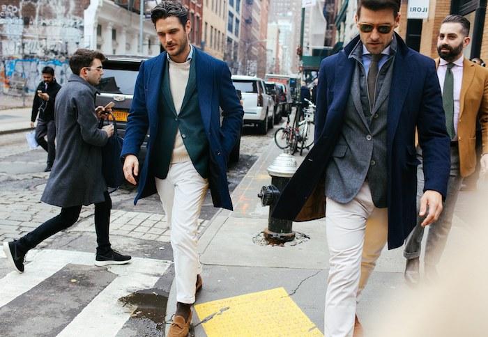 blauer anzug weiße hose mit blauem blazer und braune schuhe champagner farbe pullover mann grauer blazer blauer mantel