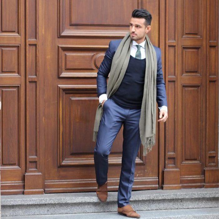 welche schuhe zum anzug elegant im winter sein braune schihe grau-grüner schal pullover über dem hemd krawatte