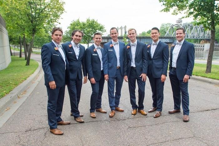blauer anzug mit braunen schuhen stylen und zu einer hochzeit tragen stilvolle hochzeitsgäste gäste männer bild