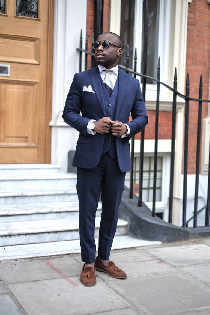 blauer anzug ideen zu kombinieren mit modernen schuhen in blauer farbe trendy idee mann schuhe mit dekorativen elementen