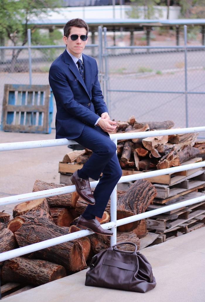 snzugsocken schwarz braune schuhe blaues outfit ideen zum stylen sonnenbrille mann anzug stil motive