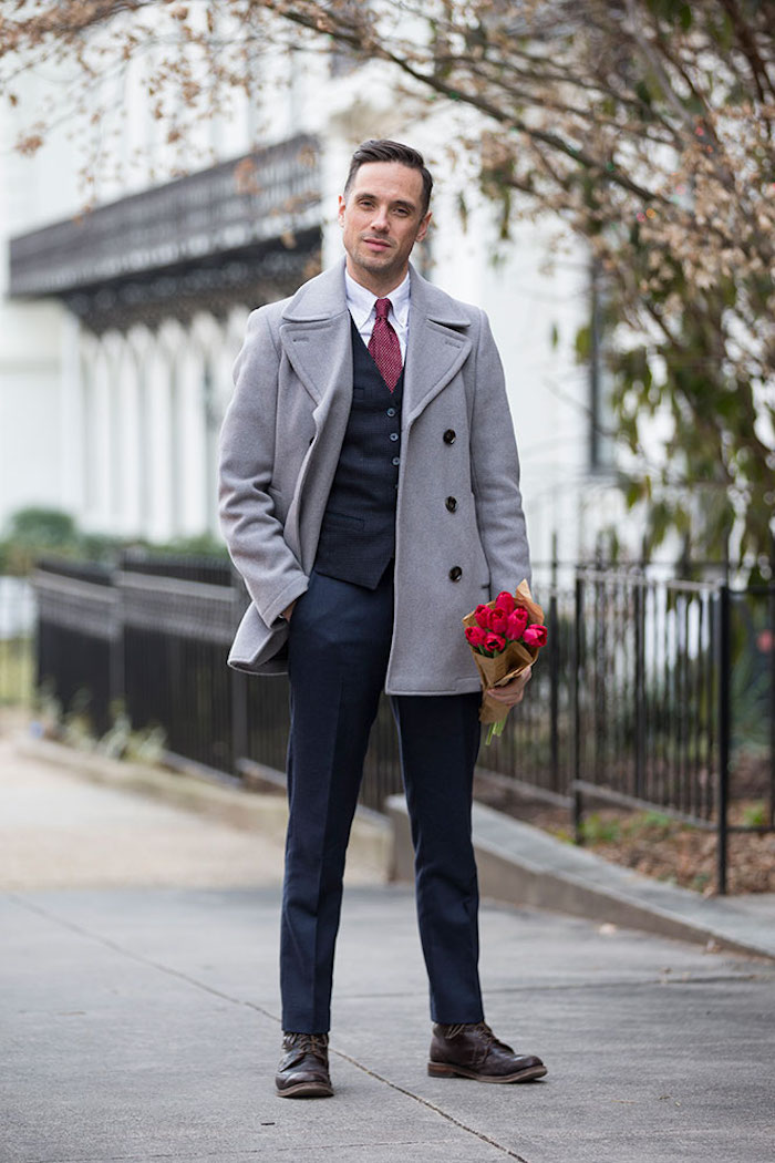 snzugsocken ideen stil trends männer 2018 gentleman mit roten tulpen in der hand grauer mantel blauer anzug
