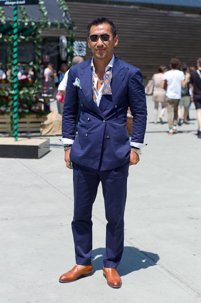 dunkelblaue hose kombinieren ideen für elegante männer braun und blau kombinationen fichu tragen bunte farben kreative mode