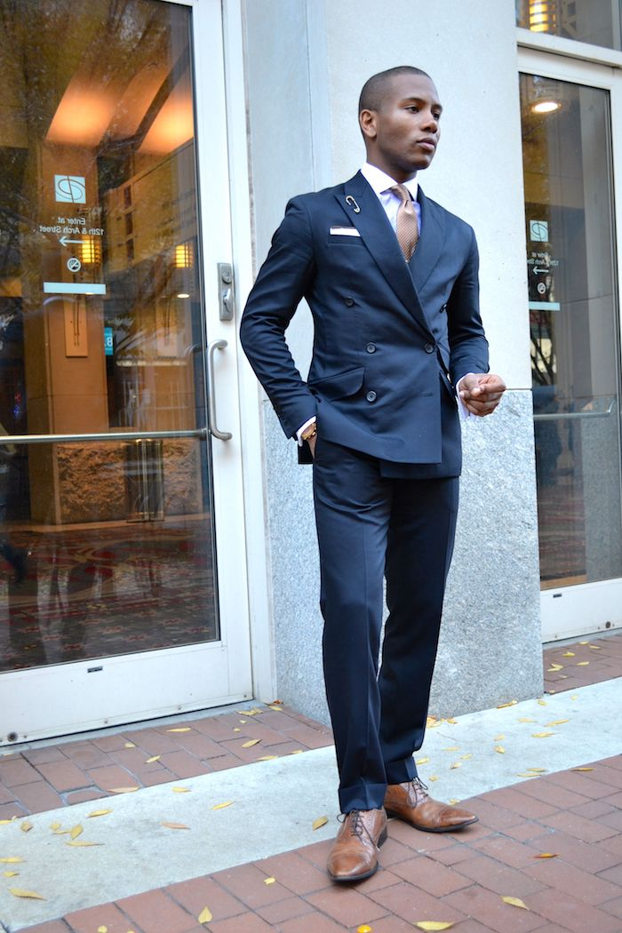 dunkelblaue hose kombinieren blauer anzug ideen weißes hemd mit gepunkteter krawatte braune schuhe