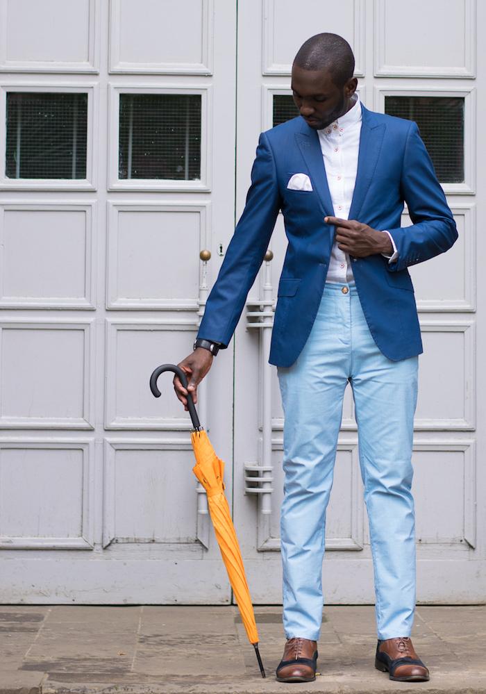 dunkeblauer anzug stilideen dunkelblaue blazer weißes hemd und hellblaue hose braune schuhe orange r regenschirm mann model