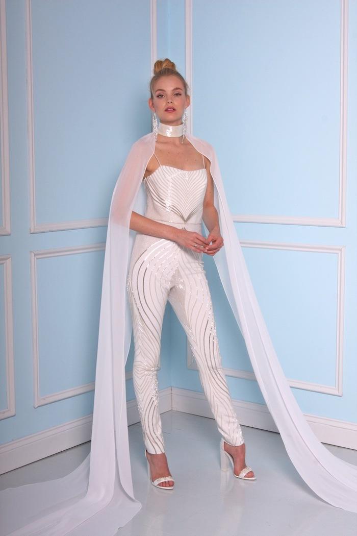 jumpsuit damen mode zum inspirieren weiße outfits für damen passen für die eigene hochzeit aber auch zu andere anlässe schleife frisur gebunden silberne deko am outfit