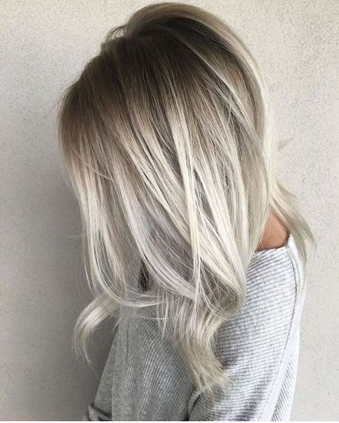 Haare grau tönen - eine graue Bluse und schöne Ombre Haare mit grau und blond