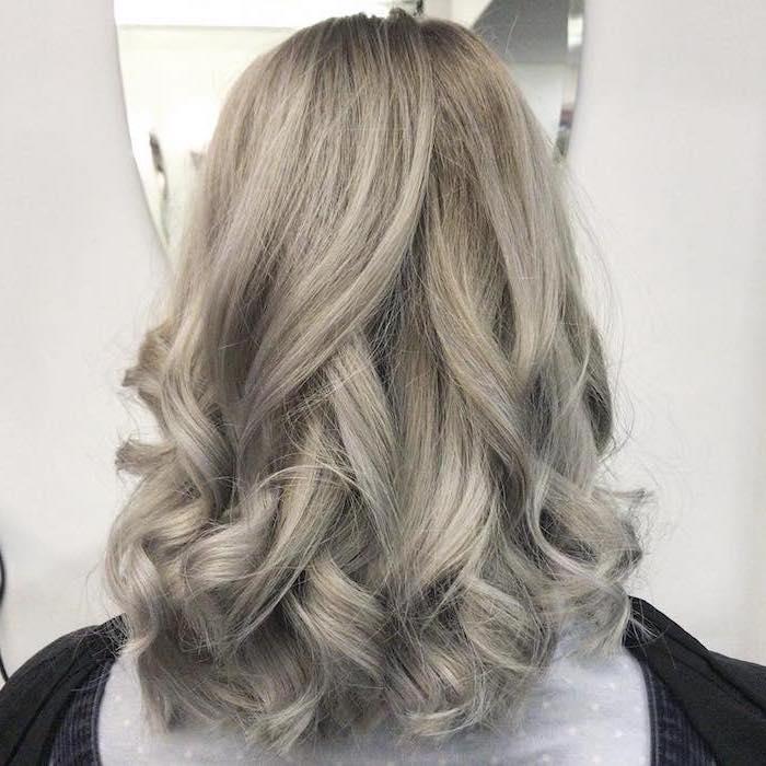 silberblond - auf dem Foto ist eine Nuance, die näher zu der blonden Haarfarbe ist