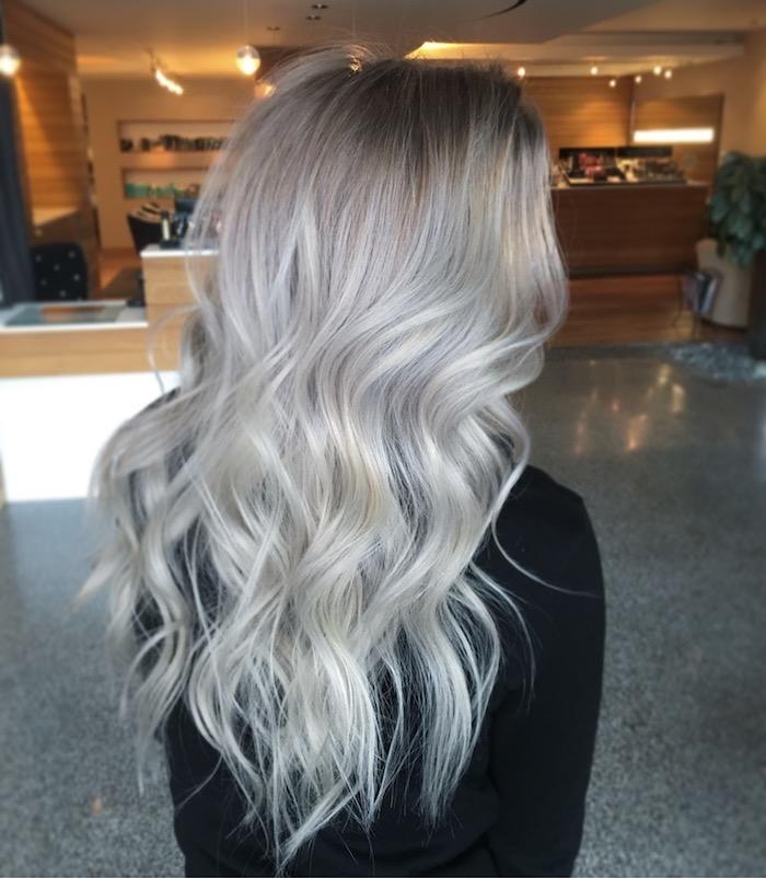 Haarfarbe Silberblond - ein Mädchen mit schwarzer Bluse im Hotel