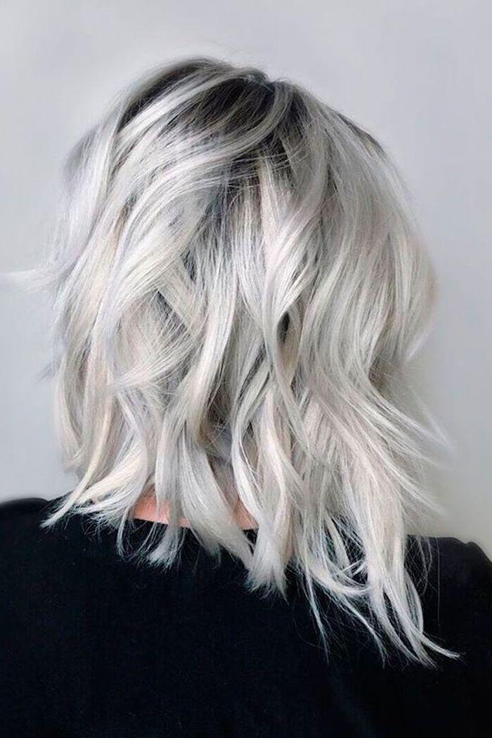 Haare grau tönen - eine kurze Bob Frisur kontrastiert mit der schwarzen Bluse