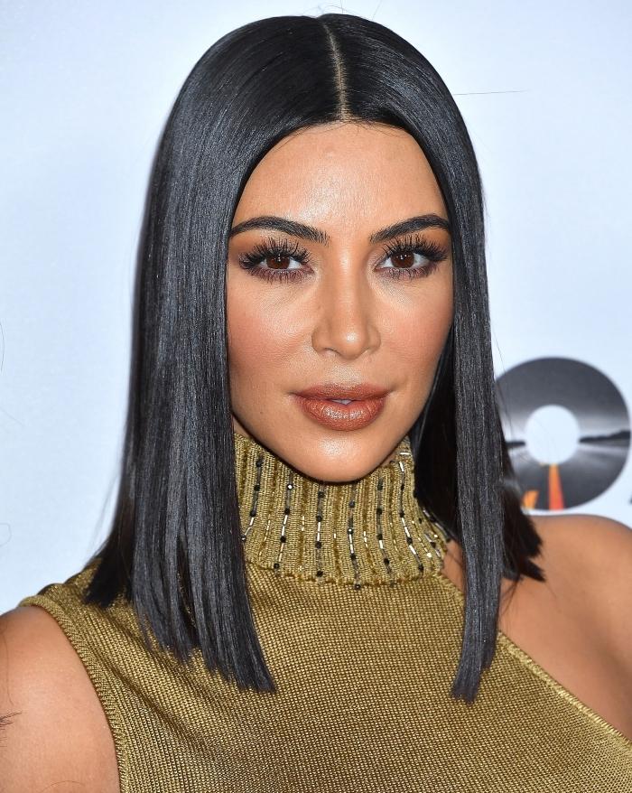 bob frisuren mittellang, kim kardashian, sleek look, glatte schwarze haare, frisur mit mittelscheitel