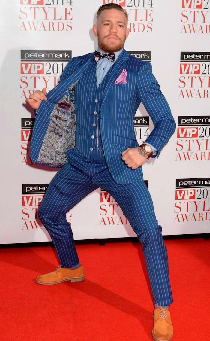 anyug schuhe kombinationen yum inspirieren und stylen mann mit meeresblauem anzug gestreift rosa schleife braune schuhe auf dem roten teppich superstar superman