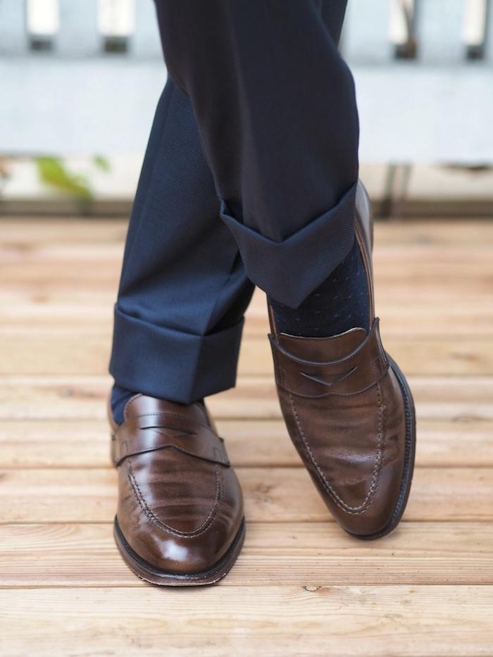 braune-schuhe-kombinieren-marineblau-oder-ganz-dunkelblau-anzug-hose-mit-dunkelblau auch oder dunkelbraun ideen zum stylen eleganter look für männer