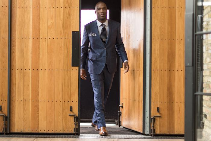 dunkelblauer anzug schuhe in braun ideen für moderne businessmen geschäftsman outfit idee krawatte stil ideen
