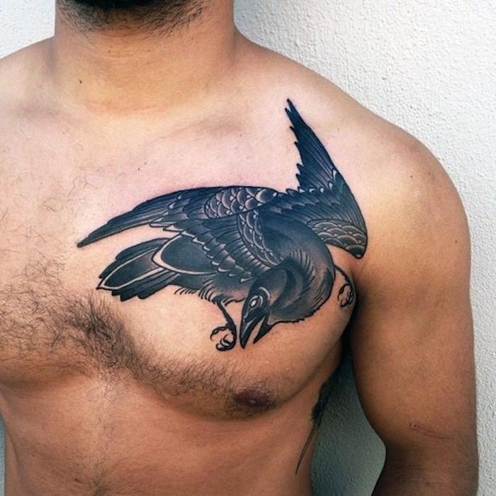 mann mit großem raben tattoo an der brust, vogel