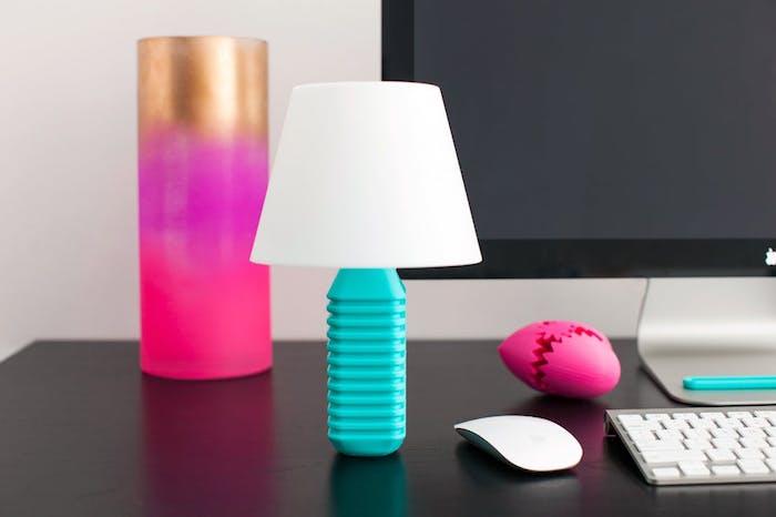 eine kleine weiße lampe aus einer kleinen blauen flasche - büro mit laptop und lampe - flaschenlampe selber bauen