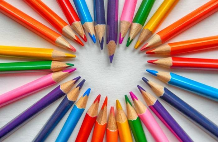 eine Menge Buntstiften, die ein Herz Formen - Bilder zum Valentinstag