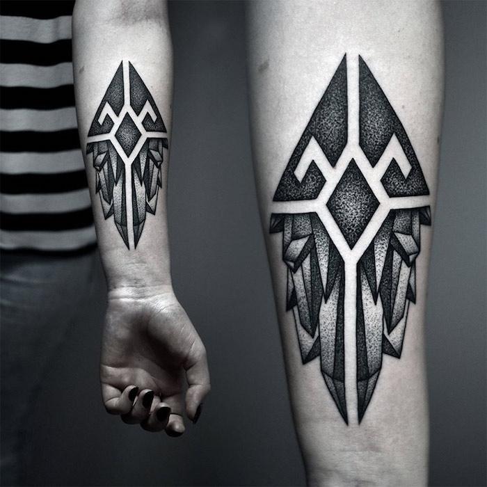 tattoo am arm frau, blackwork tattoo am unterarm, geometrischen elementen mit kristallen