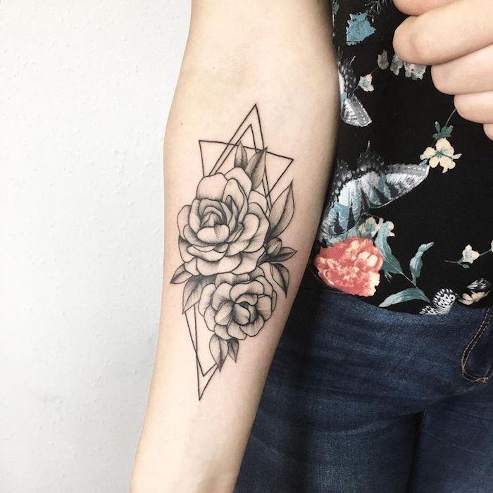 coole tattoos für frauen, blumen tattoo am unterarm, rosen mit geometrischen elementen