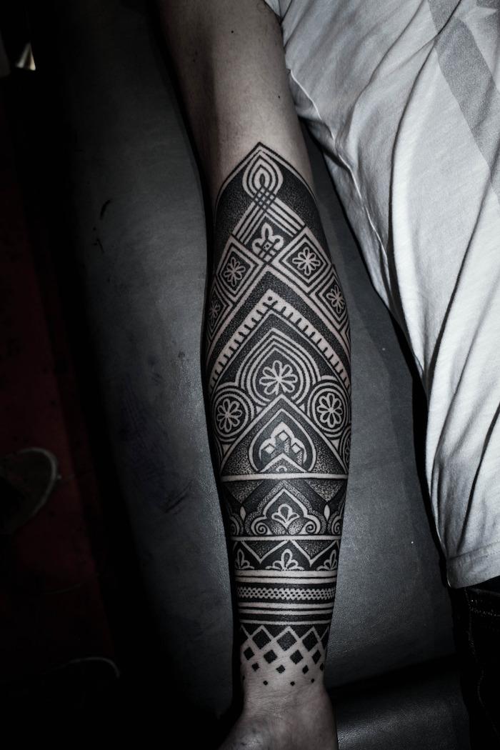 coole tattoos, große tätowierung mit geometrischen motiven, unterarm