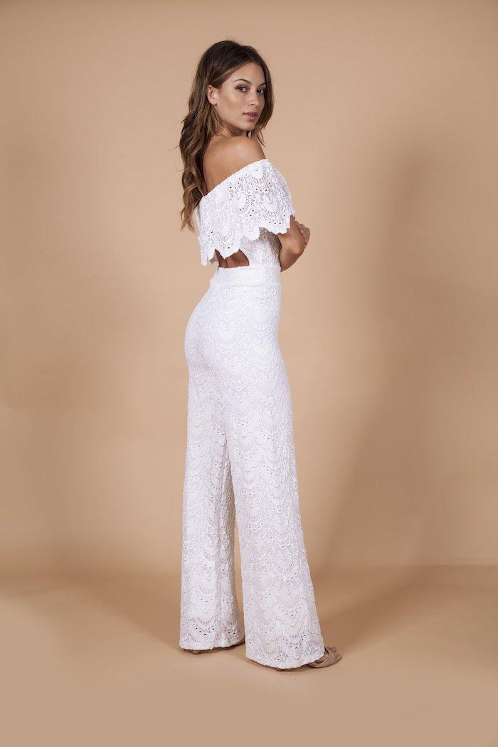 weißer overall damen elegant aus spitze ausgearbeitet ideen zum styling der jungen modernen damen lange haare lockig