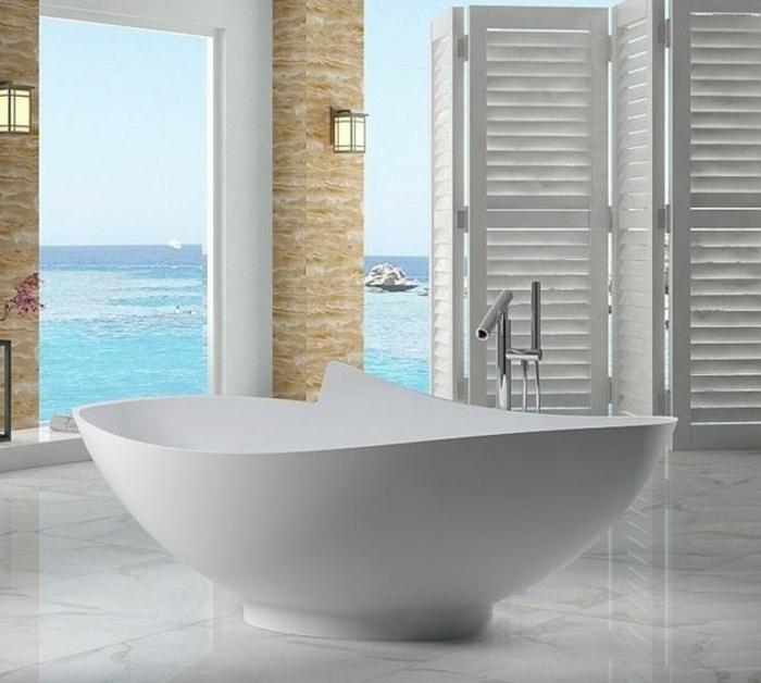 Boden mit Marmorfliesen, Badezimmer mit Meereaussicht, spanische Wand aus Holz gestrichen in Weiß, Paravent aus Holz, Wand mit Verkleidung, Bad mit Blumen dekorieren