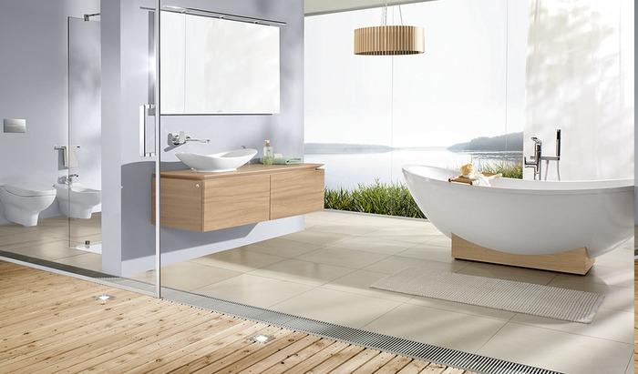 moderne Bäder mit freistehender Badewanne, runder Kronleuchte mit Holzschirm, Aussicht zum See, Glaskabine für der Duschraum