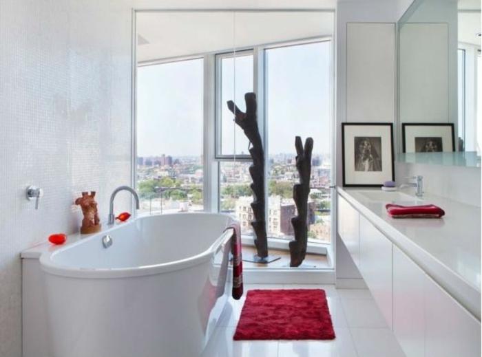 Dekoelemente aus Holz, Wohnung mit verglaster Terrasse, rote Plüschmatte für die Füße, rote Kerzenhalter für Teelichter