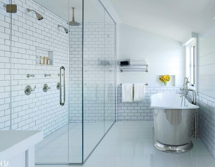 Glaskabine für die Dusche, Duschkabine mit zwei Duschen an der Wand und einer Dusche an der Decke, Wanne mit Metallverkleidung, Regall mit metallen Gittern