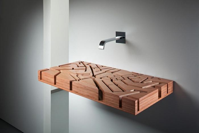 Becken mmontiert an der Wand im Badezimmer, Wasserhahn montiert an der Wand, freistehendes Waschbecken ohne Wasserrohr mit Waschtrog aus Holz