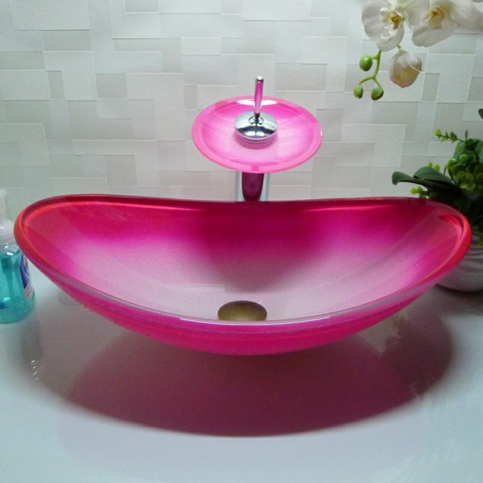 pinkes Akzent im Bad, Designer Becken aus Glas, weiße Orchindee im weißen Pflanzentopf
