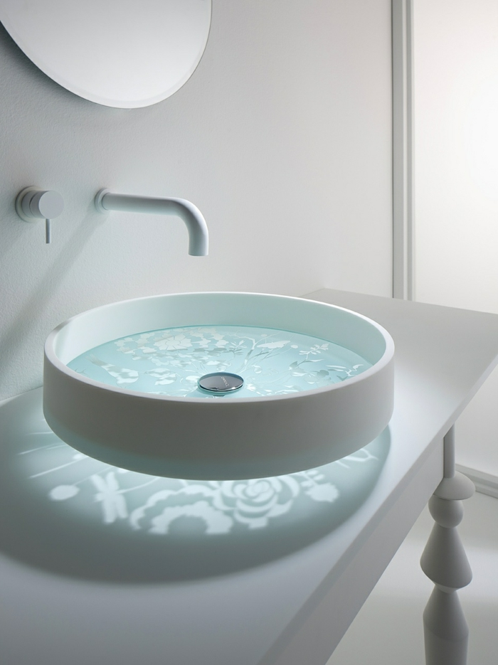 rundes Handwaschbecken mit Glasboden Wand aus Keramik, Becken aus Glas bearbeitet mit Laser, runder Wandspiegel an der weißen Wand, Waschtisch im Vintage Style