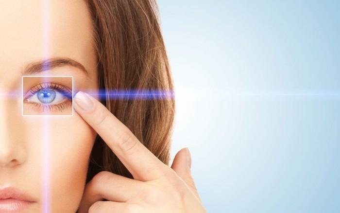 mögliche komplikationen und nachsorge nach der operation gesunde augena haben eine frau mit blauen augen zeigt ihre auge schöne wimpern