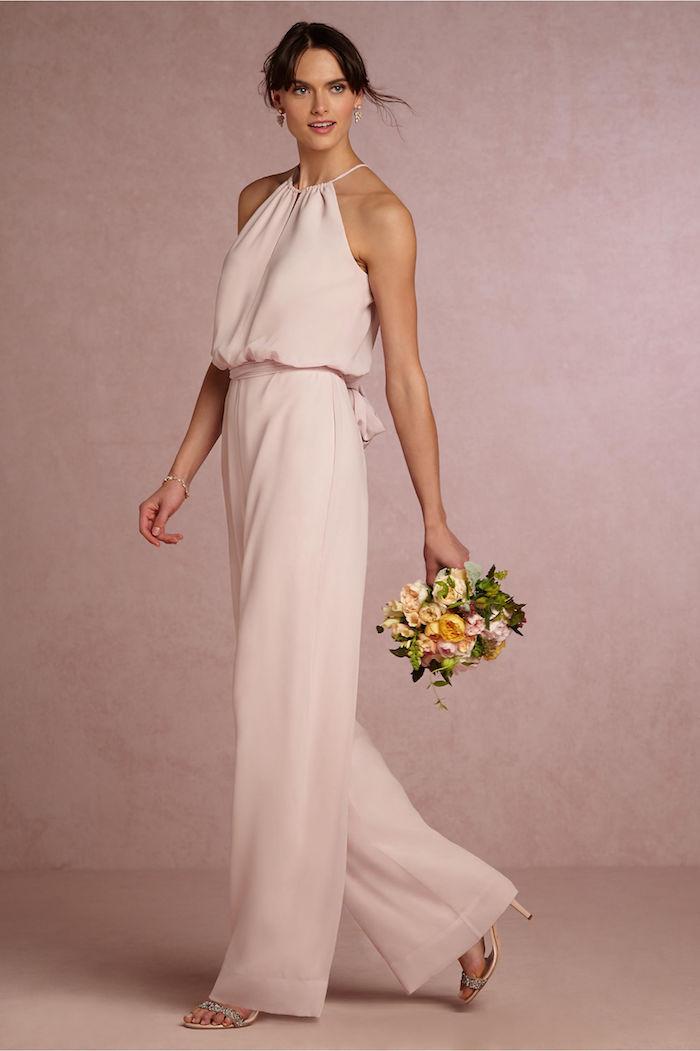 rosa hintergrund und eine schöne model overall damen elegant blumenstrauß orange und gelb hellrosa damenanzug